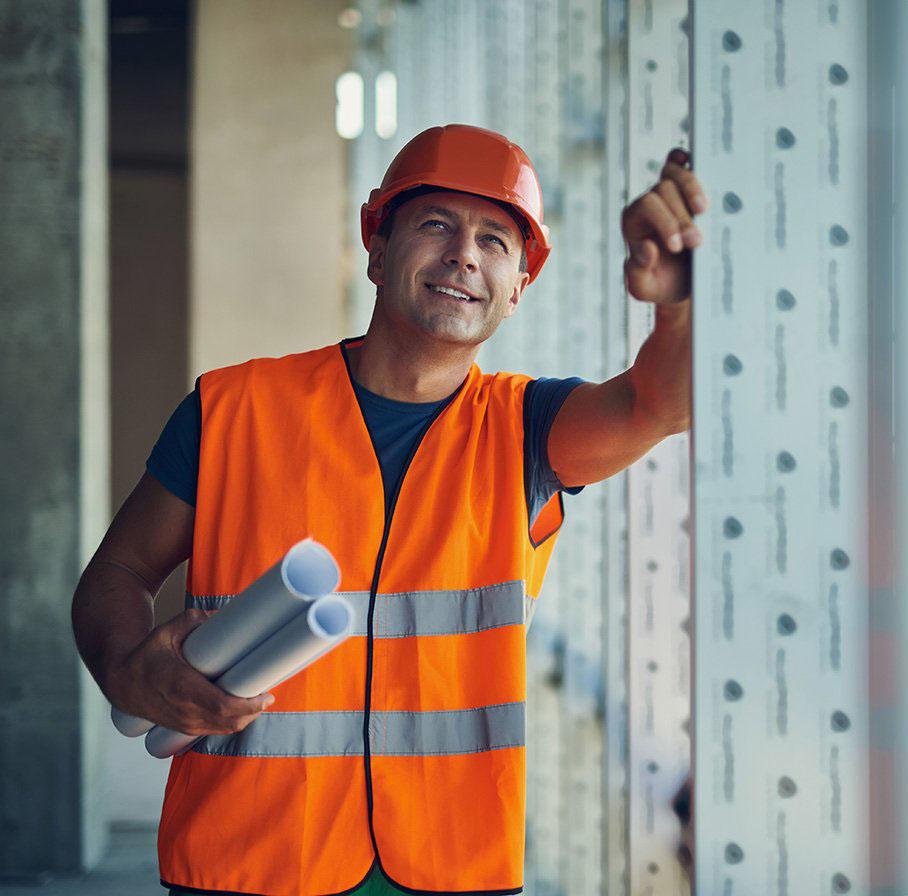 házépítés, lakásfelújítás - építőmunkás sisakban tervrajzokkal